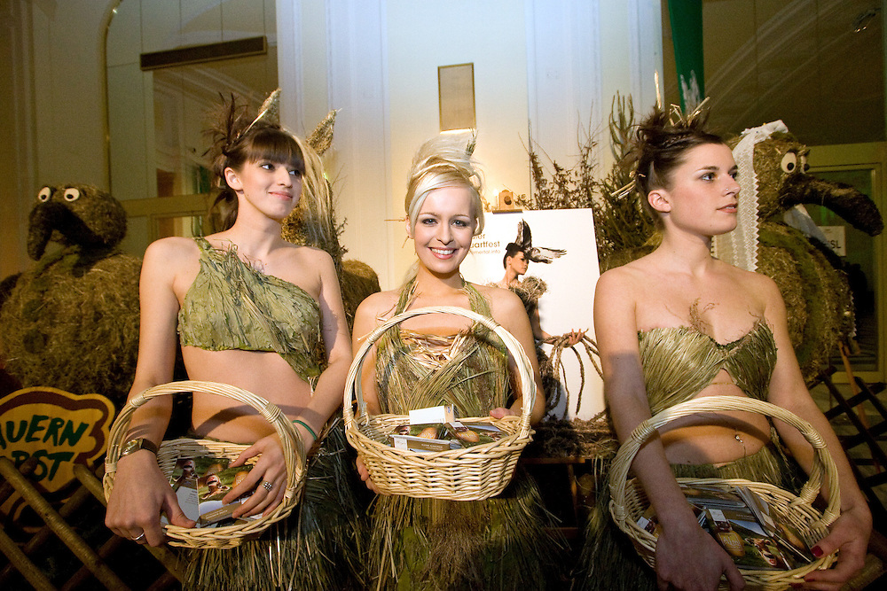 "Wien/Oesterreich, AUT, 28.01.2008: Hostessen verteilen Praesente in der Wiener Hofburg vor dem Anfang des jaehrlichen Jaegerballs.<br /> <br /> Vienna/Austria, AUT, 28.01.2008: Hostesses working at the Hunters Ball (Jaegerball) at the ""Hofburg"" in Vienna."