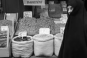 Kräuterverkauf im Bazar. Eine Frau mit Schleier kommt vorbei.