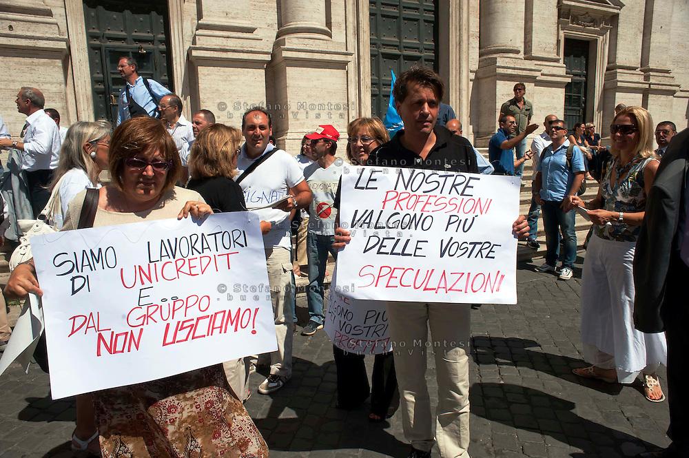 Roma 21 Luglio 2011.Manifestazione davanti alla sede dell' ABI ('Associazione Bancaria Italiana) dei lavoratori della Banca Unicredit contro il progetto aziendale  di  esternalizzare le attivita' ed i lavoratori tramite una societa' multinazionale americana.