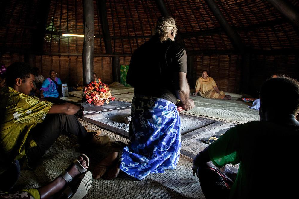 Lorsque les clans ont lié leur alliance dans le mariage, ils déposent une coutume au Grand-Chef du district de Lössi ou à son représentant. La cérémonie se passe dans la Grande Case de Mu, symbole de tous les clans de la Grande-Chefferie. Le père du marié prononce alors la Parole annonçant l'union au Grand-Chef. Cérémonie coutumière de mariage – Huiwatrul, Grande chefferie de Lössi, Lifou, Îles Loyauté, Nouvelle-Calédonie - Avril 2014