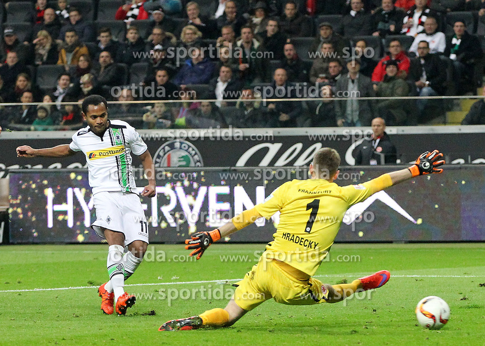 17.10.2015, Commerzbank Arena, Frankfurt, GER, 1. FBL, Eintracht Frankfurt vs Borussia Moenchengladbach, 9. Runde, im Bild v.l. Tor zum 1:3 Raffael (Borussia Moenchengladbach) Torwart Lukas Hradecky (Eintracht Frankfurt) // during the German Bundesliga 9th round match between Eintracht Frankfurt vs Borussia Moenchengladbach at the Commerzbank Arena in Frankfurt, Germany on 2015/10/17. EXPA Pictures &copy; 2015, PhotoCredit: EXPA/ Eibner-Pressefoto/ Voelker<br /> <br /> *****ATTENTION - OUT of GER*****