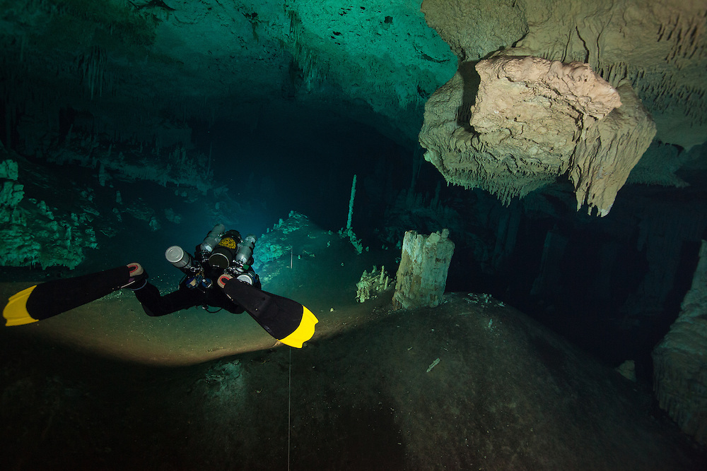 Un plongeur en recycleur explore la cenote No Hoch Na Chich, province du Yucatan, Mexique. | Rebreather cave diver explore No Hoch Na Chich cenote system located in Yucatan, Mexico.