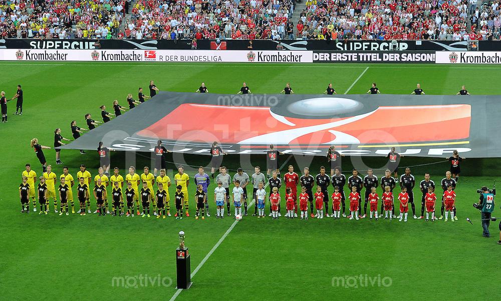 FUSSBALL   1. BUNDESLIGA   SAISON 2012/2013   SUPERCUP FC Bayern Muenchen - Borussia Dortmund            12.08.2012 Beide Teams laufen auf das Spielfeld