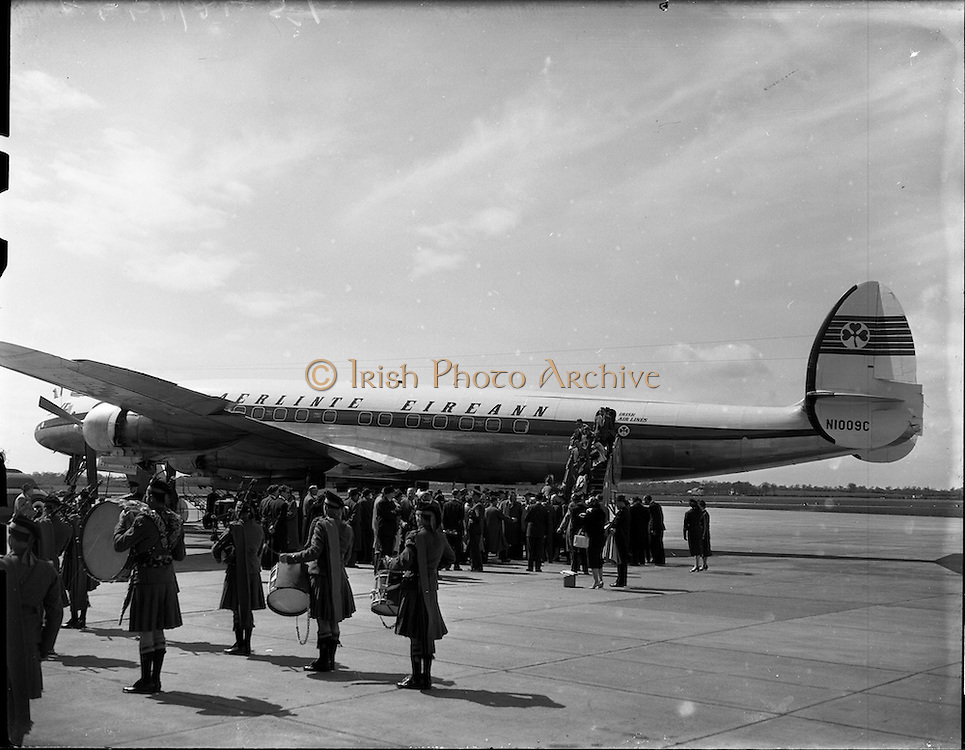 26/04/1958 <br /> 04/26/1958<br /> 26 April 1958<br /> Arrival of Seaboard Super Constellation due to begin Aer Lingus' first transatlantic service two days later at Dublin Airport. Image shows the arrival of the aircraft carrying journalists and Robert Wagner Mayor of New York.