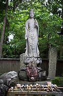 Tempelbes&ouml;kare tv&auml;ttar sina h&auml;nder och skj&ouml;ljer munnen i ett vattenkar vid entr&eacute;n till templet.  <br /> Tempel nummer 1, Ryōzen-ji (霊山寺)<br /> <br /> Pilgrimsvandring till 88 tempel p&aring; japanska &ouml;n Shikoku till minne av den japanske munken Kūkai (Kōbō Daishi). <br /> <br /> Fotograf: Christina Sj&ouml;gren<br /> Copyright 2018, All Rights Reserved<br /> <br /> <br /> Prayers written on small wooden blocks at the first temple Ryōzen-ji (霊山寺) of the Shikoku Pilgrimage, 88 temples associated with the Buddhist monk Kūkai (Kōbō Daishi) on the island of Shikoku, Naruto,Tokushima Prefecture, Japan