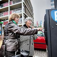 Nederland, Amstelveen , 18 mei 2013.<br /> Onderwerp: Twee oudere dames ergeren zich geel en groen aan de parkeermeters in Amstelveen. En niet alleen daar is het voor oudere mensen een ellende, het is een steeds groter wordend fenomeen. <br /> Op de foto mevr van Dijk (l) en mevr Wolthuis.<br /> Foto:Jean-Pierre Jans