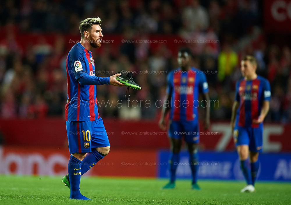 SEVILLE, SPAIN - NOVEMBER 06:  Lionel Messi of FC Barcelona reacts during the match between Sevilla FC vs FC Barcelona as part of La Liga at Ramon Sanchez Pizjuan Stadium on November 6, 2016 in Seville, Spain.  (Photo by Aitor Alcalde/Getty Images)