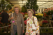Kirsten Rausing and Sonia Rogers, Chelsea Flower show, 25 May 2004. ONE TIME USE ONLY - DO NOT ARCHIVE  © Copyright Photograph by Dafydd Jones 66 Stockwell Park Rd. London SW9 0DA Tel 020 7733 0108 www.dafjones.com