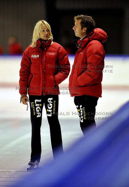 06-10-2011 SCHAATSEN: PERSPRESENTATIE LIGA SCHAATSTEAM: HEERENVEEN<br /> (L-R) Trainer/Coach Marianne Timmer, Trainer Rutger Tijssen<br /> &copy;2011-FotoHoogendoorn.nl