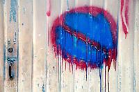 Leverano (LE) - Su un cancello è stato dipinto un divieto di sosta spartano.