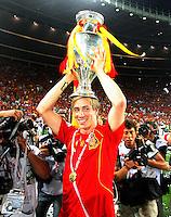 FUSSBALL EUROPAMEISTERSCHAFT 2008 Finale    Deutschland - Spanien    29.06.2008 Fernando Torres (Spanien) praesentiert den EM Pokal nach dem 1:0 Sieg.