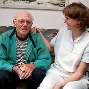 Foto Vooranker folder, verzorgende met dhr Pool bejaardentehuis de Florisberg