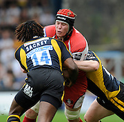 Wycombe, GREAT BRITAIN, Gloucesters', Luke NARRAWAY, look's for the gap between left, Paul SACKEY and right, Tom REES, during the Guinness Premiership game, London Wasps vs Gloucester Rugby, Sun. 04.05.2008 [Mandatory Credit Peter Spurrier/Intersport Images]