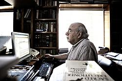 Luis Fernando Verissimo (Porto Alegre, 26/09/1936) é um escritor brasileiro conhecido por suas crônicas e textos de humor, publicados diariamente em vários jornais brasileiros, com mais de 60 títulos publicados, é um dos mais populares escritores brasileiros contemporâneos. Verissimo é também cartunista e tradutor, além de roteirista de televisão, autor de teatro e romancista bissexto. Já foi publicitário e copy desk de jornal. É ainda músico, tendo tocado saxofone em alguns conjuntos.  É filho do também escritor Érico Verissimo. FOTO: Lucas Uebel / Preview.com