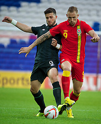 14.08.2013, Cardiff City Stadion, Cardiff, WAL, Testspiel, Wales vs Irland, im Bild Wales' Jack Collison in action against Republic of Ireland's Shane Long during an International Friendly at the Cardiff City Stadium during the international friendly match between Wales and Ireland at Cardiff City Stadium in Cardiff, Wales on 2013/08/14. EXPA Pictures © 2013, PhotoCredit: EXPA/ Propagandaphoto/ David Rawcliffe<br /> <br /> ***** ATTENTION - OUT OF ENG, GBR, UK *****
