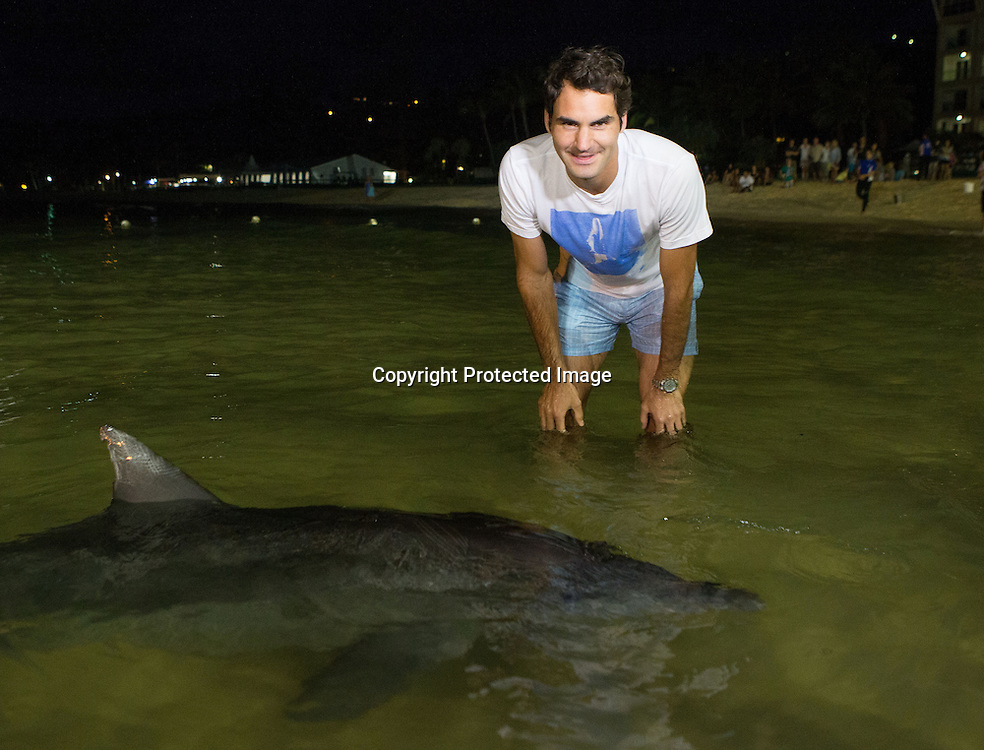 Roger Federer (SUI)  fuettert Delfine im Tangalooma Resort.<br />