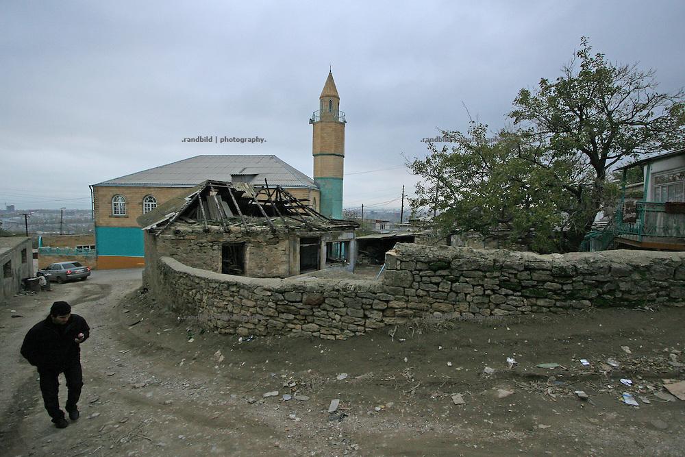 Straßenszene und Moschee in Machatschkala, Dagestan. Street scene and mosque in Makhachkala, Dagestan.