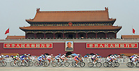 Olympia 2008  Peking  09.08.2008   Beim Strassenrennen der Herren faehrt der Pulk am Eingang zur verbotenen Stadt mit dem Mao-Bildnis vorbei.