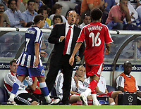 Photo: Paul Thomas.<br /> Porto v Liverpool. UEFA Champions League Group A. 18/09/2007.<br /> <br /> Rafael Benitez, manager of Liverpool, talks to his player Jermaine Pennant (16).