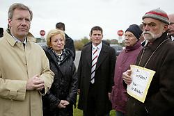 Portrait: Ministerpräsident Christian Wulff (CDU). Rechts im Bild: Der Sprecher der Neu Darchauer Bürgerinitiative, Ulli Stang