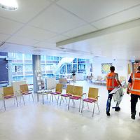 Nederland, Amsterdam, 15 mei 2014.<br /> De houten bakken plafonds in de polikliniek (was dat hip in de jaren 70?) worden vervangen door de strakke witte plafonds.<br /> Foto:Jean-Pierre Jans