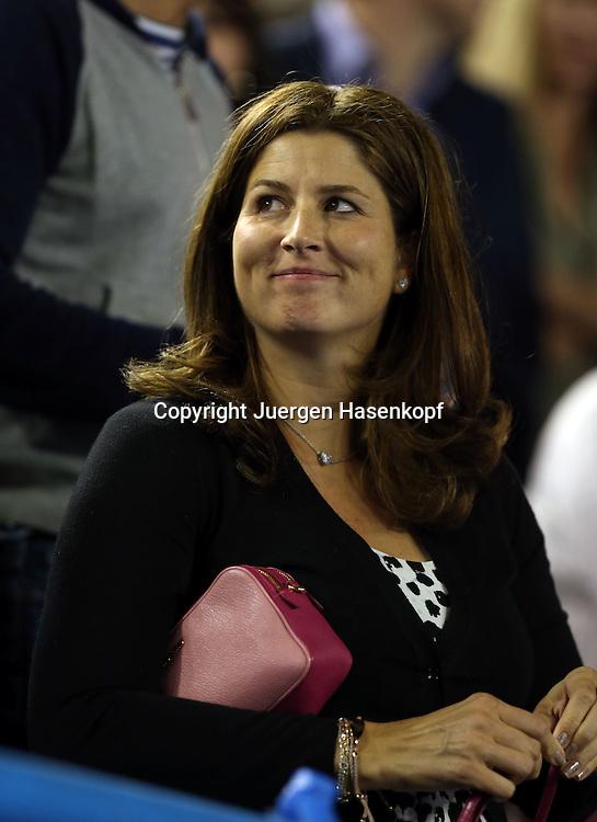 Australian Open 2014, Melbourne Park,ITF Grand Slam Tennis Tournament, Roger Federer  Ehefrau Mirka steht laechelnd in der Spielerloge,<br /> Freude,Halbkoerper,Hochformat, privat,Portrait,