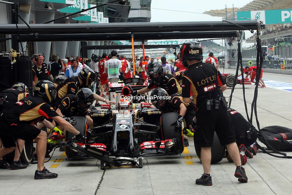 &copy; Photo4 / LaPresse<br /> 29/3/2014 Sepang, Malaysia<br /> Sport <br /> Grand Prix Formula One Malaysia 2014<br /> In the pic: pit stop practice for Pastor Maldonado (VEN) Lotus F1 Team E22