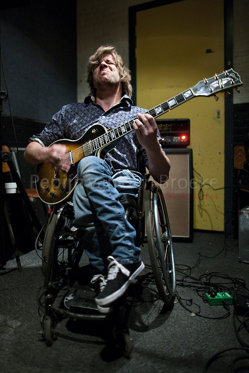 Groningen 20100418 . Job Tichelman,  rocker in rolstoel,  oefent in Het Viadukt.