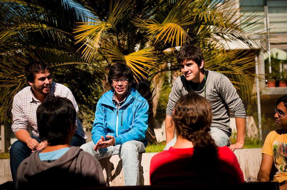 ALUMNOS CONVERSAN EN EL PATIO DE LA FACULTAD DE FISICA DE LA UNIVERSIDAD CATOLICA. Santiago de Chile, 06-12-2012 (©Alvaro de la Fuente/Triple.cl)