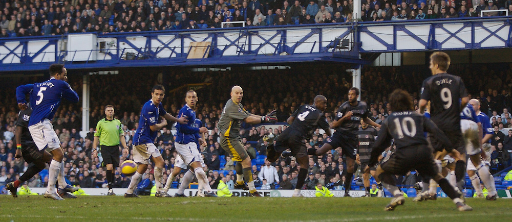 LIVERPOOL, ENGLAND - Saturday, February 9, 2008: Reading's goalkeeper Marcus Hahnemann challenges for a corner as his side chase an injury-time equaliser against Everton during the Premiership match at Goodison Park. (Photo by David Rawcliffe/Propaganda)