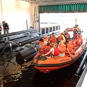 NLD/Huizen/20070428 - Open dag bij KNRM reddingsbrigade Huizen, rondvaart met bezoekers