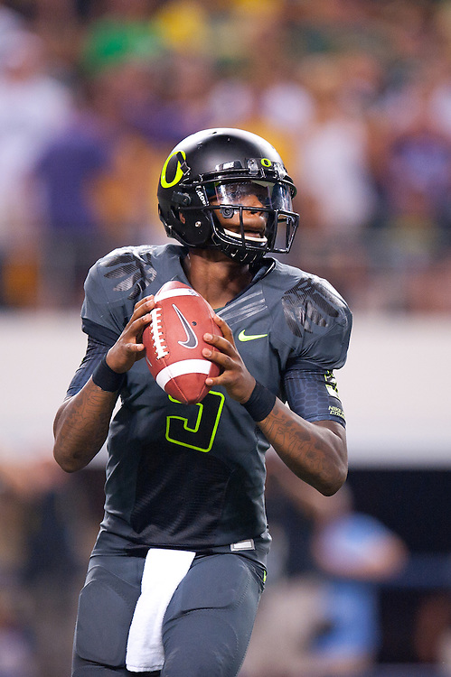 ARLINGTON, TX - SEPTEMBER 03: Quarterback Darron Thomas #5 of the Oregon Ducks drops back to pass during the game against the LSU Tigers during the Cowboys Classic at Cowboys Stadium on September 03, 2011 in Arlington, Texas. ( Photo by: Rob Tringali) *** Local Caption *** Darron Thomas