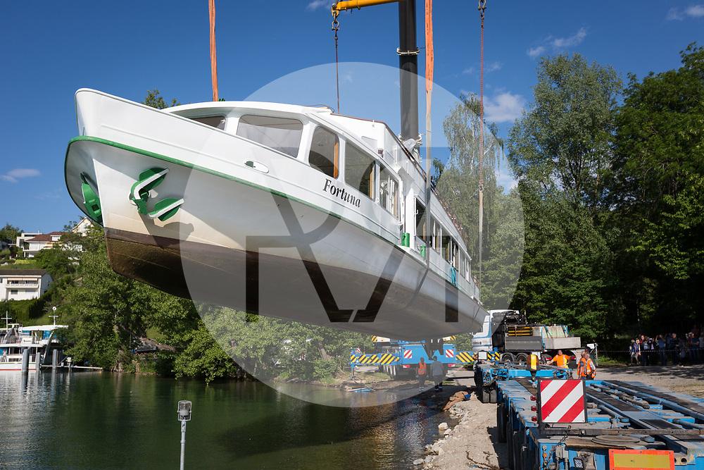 SCHWEIZ - MEISTERSCHWANDEN - Die MS Fortuna, welche seit 1969 auf dem Hallwilersee im Einsatz war, wird ausgewassert und zurück auf den Rhein gebracht, wo sie ursprünglich im Einsatz war - 24. Mai 2018 © Raphael Hünerfauth - http://huenerfauth.ch