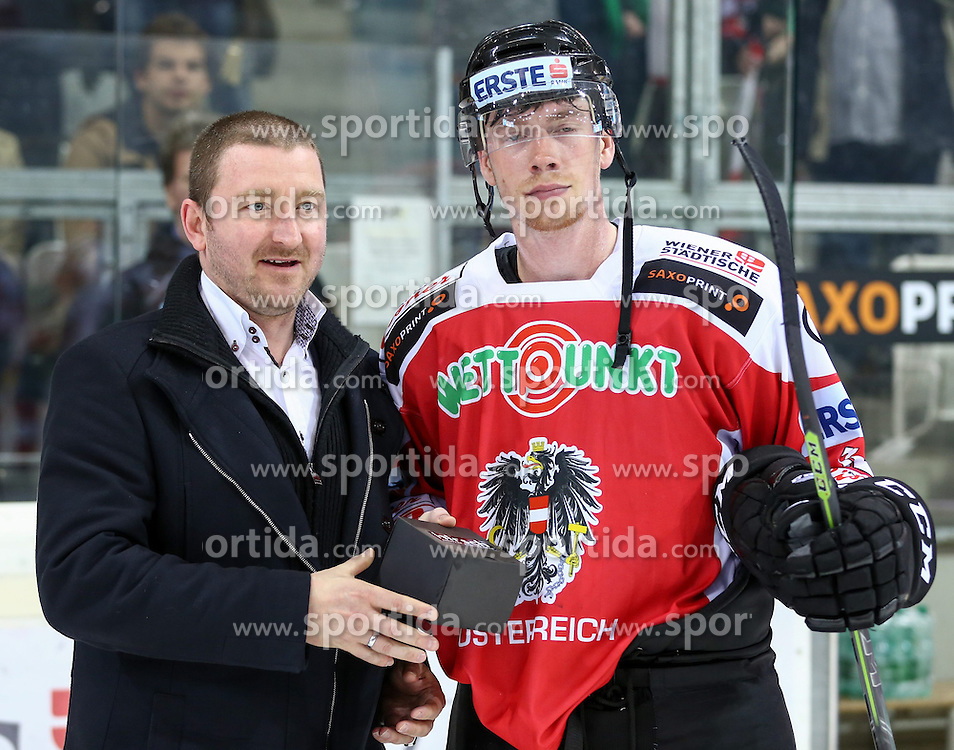28.04.2015, Albert Schultz Eishalle, Wien, AUT, IIHF, Testspiel, Österreich vs USA, im Bild Herberth Windholz (Opel Eisner) und Michael Raffl (Oesterreich) // during the a International Icehockey Freindly match between Austria and the United States at the Albert Schultz Ice Arena in Vienna, Austria on 2015/04/28. EXPA Pictures © 2015, PhotoCredit: EXPA/ Alexander Forst