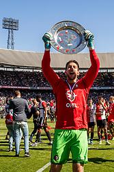 14-05-2017 NED: Kampioenswedstrijd Feyenoord - Heracles Almelo, Rotterdam<br /> In een uitverkochte Kuip pakt Feyenoord met een 3-1 overwinning het landskampioenschap / Spelers vieren het kampioenschap met de schaal, Brad Jones #25