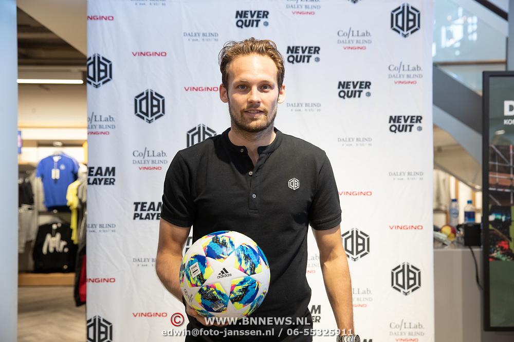 NLD/Haarlem/20190825 - Kledingpresentatie Daley Blind, Daley Blind poseert met een bal