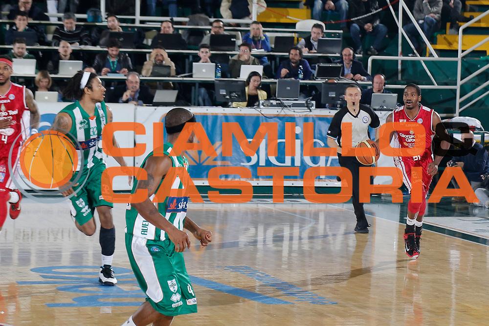 DESCRIZIONE : Avellino Lega A 2014-15 Sidigas Avellino Giorgio Tesi Group Pistoia<br /> GIOCATORE : Langston Hall<br /> CATEGORIA : palleggio<br /> SQUADRA : Giorgio Tesi Group Pistoia<br /> EVENTO : Campionato Lega A 2014-2015<br /> GARA : Sidigas Avellino Giorgio Tesi Group Pistoia<br /> DATA : 13/04/2015<br /> SPORT : Pallacanestro <br /> AUTORE : Agenzia Ciamillo-Castoria/A. De Lise<br /> Galleria : Lega Basket A 2014-2015 <br /> Fotonotizia : Avellino Lega A 2014-15 Sidigas Avellino Giorgio Tesi Group Pistoia