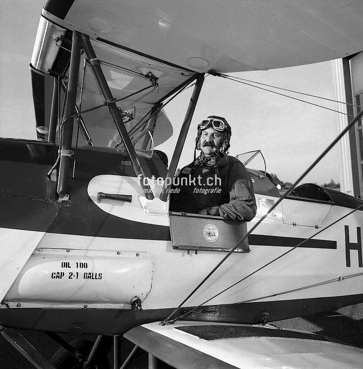 Bruno Vonlanthen in seinem selbst restaurierten historischen Tiger-Moth Doppeldecker-Flugzeug aus dem Jahr 1938. Tout est d'origine: B. Vonlanthen dans son avion historique restautré par lui-mème.  Ecuvillens, 2004. © Romano P. Riedo
