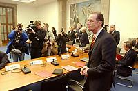 13 DEC 2002, BERLIN/GERMANY:<br /> Prof. Dr. Bert Ruerup, Professor fuer Volkswirtschaftslehre und Vorsitzender der Kommission zur nachhaltigen Finanzierung der Sozialversicherungssysteme, vor Beginn der ersten Sitzung der Kommission, Bundesministerium fuer Gesundheit und Soziale Sicherung<br /> IMAGE: 20021213-01-001<br /> KEYWORDS: Bert Rürup, Rürup-Kommission