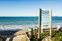 Sinalização na Praia de Jurerê Internacional. Florianópolis, Santa Catarina, Brasil. / Signage at Jurere Internacional Beach. Florianopolis, Santa Catarina, Brazil.