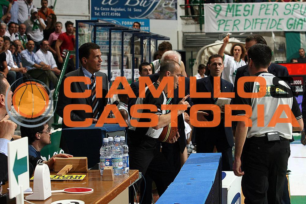 DESCRIZIONE : Siena Lega A1 2006-07 Playoff Finale Gara 1 Montepaschi Siena VidiVici Virtus Bologna <br /> GIOCATORE : Arbitro Cerebuch Instant Replay<br /> SQUADRA : <br /> EVENTO : Campionato Lega A1 2006-2007 Playoff Finale Gara 1 <br /> GARA : Montepaschi Siena VidiVici Virtus Bologna <br /> DATA : 13/06/2007 <br /> CATEGORIA : Arbitro<br /> SPORT : Pallacanestro <br /> AUTORE : Agenzia Ciamillo-Castoria/M.Marchi