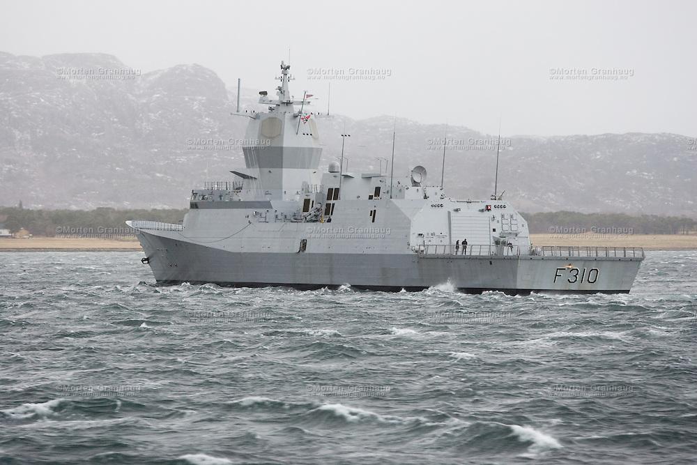 HNoMS Fridtjof Nansen (F310) in the Trondheim fjord january 2007...The Fridtjof Nansen class of frigates, for the Royal Norwegian Navy, are a derivative of the Spanish Alvaro de Bazán class of Aegis combat system-equipped air defence frigates. Navantia, Lockheed Martin and the US Navy are conducting final systems integration. A total of five will enter service between 2006 and 2010. The total projected cost for all five ships is NOK 21,000,000,000.[1] Both the class of ship as well as the lead ship are named after Fridtjof Nansen, the Norwegian scientist, explorer and humanitarian...HNoMS Fridtjof Nansen (F310)..Displacement: 5,121 tonnes.Length: 132m x 16.8m x ?m.Armament: 76mm OTO Melara SuperRapid gun.12.7mm.Stingray LWT.depth charges.ESSM MK 41 VLS.NSM SSM.Max speed: 26+kts.Crew: 120.Launch: June 3, 2004 ..KNM Fridtjof Nansen i Trondheimsfjorden, januar 2007...De fem Fridtjof Nansen-klasse fregattene med organisk heilkopter er bygget til å være svært robuste for havgående operasjoner og har gode kamp- og informasjonssystemer. Fregatten er et multirolle fartøy og kan utføre oppgaver i alle krigføringsområde, men har begrensinger mot store avstander, særlig mot landmål...Integrasjonen av helikoptre i Marinen er en omfattende oppgave som skal løses i nært samarbeid med Luftforsvaret. Helikoptrene vil øke effektiviteten av fregattene som et fellesoperativt våpensystem drastisk. Kampsystemet Fridtjof Nansen med organisk helikopter gjør fregattene til en svært fleksibel enhet med stort potensial både nasjonalt og internasjonalt...De fem fregattene har alle fått navn av store norske oppdagere og vitenskapsmenn. Våren 2006 kommer den første fregatten. Dette er seks måneder forsinket etter den opprinnelige planen, og siden kommer det en fregatt i året frem til 2009.