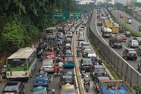 Jakarta traffic is horrendous regardless of the time of the day. La circulation a Jakarta est infernale quelle que soit l'heure.
