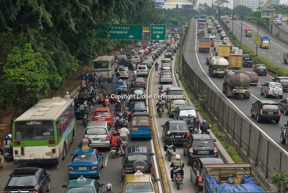 Jakarta traffic is horrendous regardless of the time of the day. La circulation a Jakarta est infernale quelle que soit l'heure.