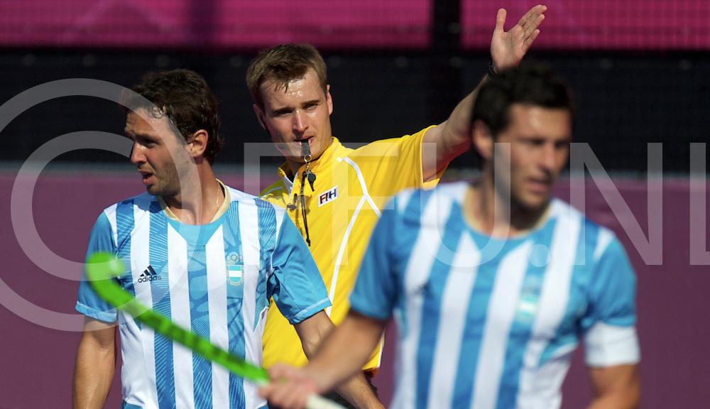 LONDON - Olympische Spelen 2012<br /> men <br /> match<br /> Argentina v New Zealand<br /> foto:  umpire M. Croachal<br /> FFU PRESS AGENCY COPYRIGHT FRANK UIJLENBROEK