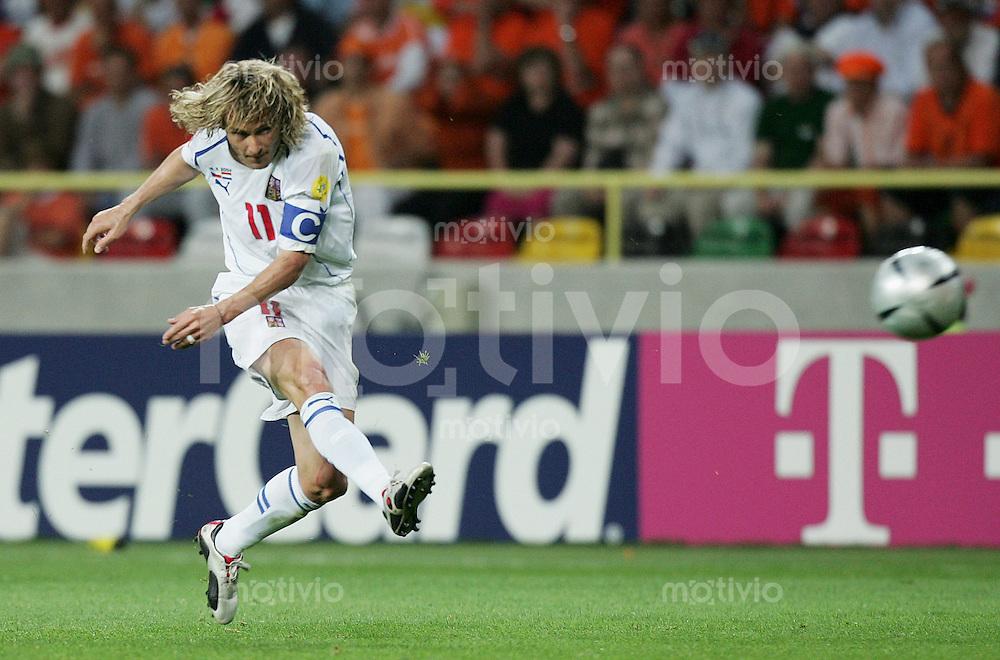 Fussball INTERNATIONAL EURO 2004 in Aveiri  im Stadion Aveiro Municipal Holland 2-3 Tschechien Pavel Nedved (CZE) zieht ab; Schuss