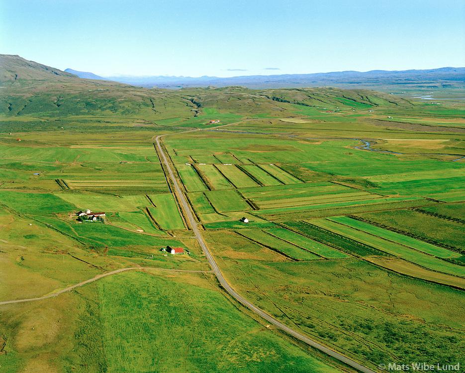 Miðhús og Hoftóft í bakgrunni, séð til austurs, Bláskógabyggð áður Biskupstungnahreppur / Midhus and Hoftoft in background, viewing east, Blaskogabyggd former Biskupstungnahreppur.