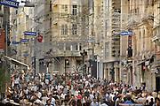 Turkije, Istanbul, 4-6-2011Straatbeeld Istiklal Caddesi in Galata van Istanbul in de aanloop naar de verkiezingen voor het parlement op 12 juni.Foto: Flip Franssen