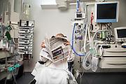 Kolding Sygehus<br /> NONSEDA<br /> Helene Korvenius Nedergaard<br /> <br /> Klarer respiratorpatienter sig bedre ved at v&aelig;re v&aring;gne frem for bed&oslash;vede? Det skal et nyt internationalt forskningsprojekt afg&oslash;re. At v&aelig;re bed&oslash;vet i l&aelig;ngere tid kan v&aelig;re en barsk oplevelse. Efter opv&aring;gning kan patienten have sv&aelig;rt ved at h&aring;ndtere det store sorte hul, som perioden tit opleves som. Det kan medf&oslash;re, at patienten efterf&oslash;lgende risikerer at udvikle post-traumatisk stress (PTSD).