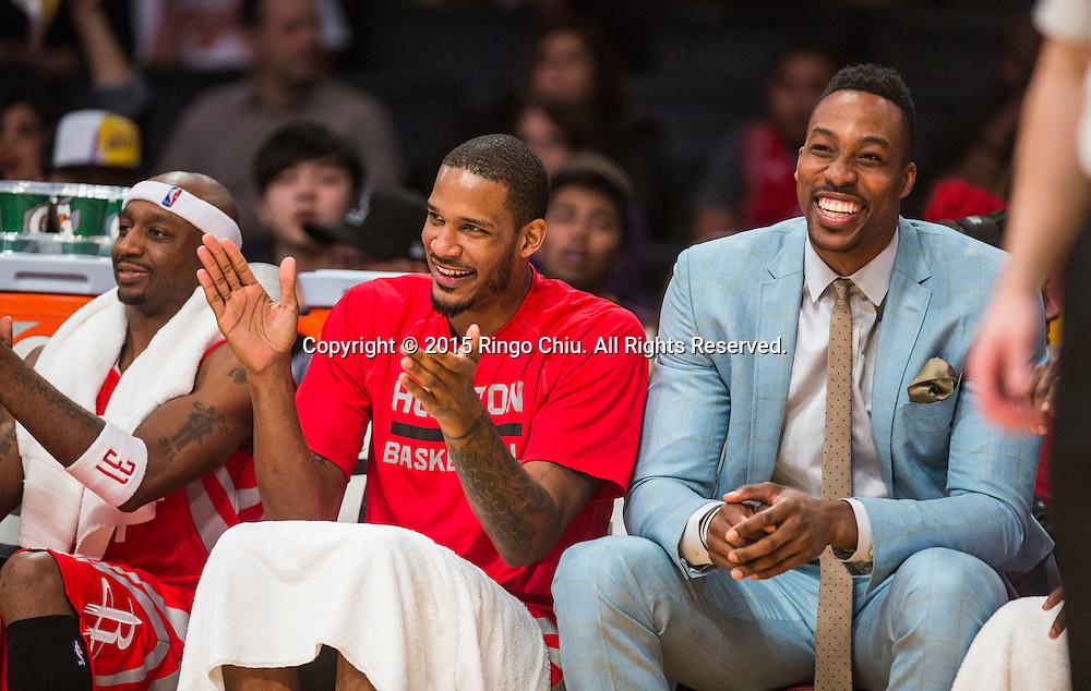 1月25日,洛休斯頓火箭隊賈森 - 特里(左),前鋒阿里扎(中)和中鋒德懷特 - 霍華德(右)在比賽中。當日,在2014-2015賽季NBA常規賽中,洛杉磯湖人隊主場以87比99不敵休斯頓火箭。(新華社發 趙漢榮攝)<br /> Houston Rockets guard Jason Terry, (L), forward Trevor Ariza (center) and center Dwight Howard on the bench during a NBA game against Los Angeles Lakers at Staples Center in Los Angeles, California on January 25, 2015 . Rockets defeated Lakers 99-87. (Xinhua/Zhao Hanrong)<br /> Photo by Ringo Chiu/PHOTOFORMULA.com)